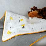 couverture-tapis-bebe-otziotzi-fruits-blanc-noir-jaune-vert