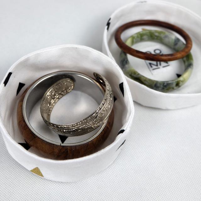 boites-rondes-tissu-otziotzi-blanche-triangles-noirs-bijoux