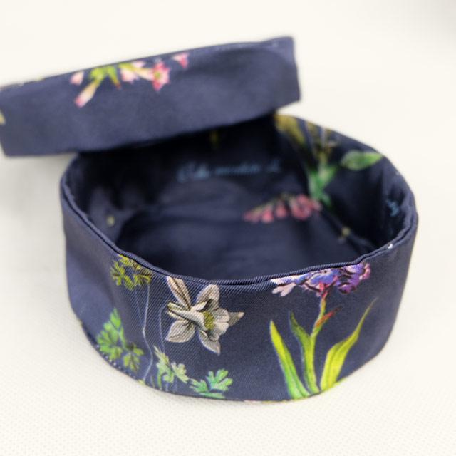 boites-rondes-tissu-otziotzi-bleues-herbier-fleurs-detail