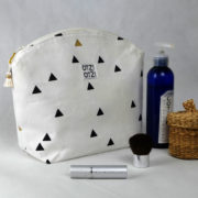 trousse-toilette-maquillage-femme-otziotzi-blanche-triangles-noirs-dores