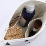 trousse-toilette-maquillage-femme-otziotzi-blanche-triangles-noirs-dores-int-poches