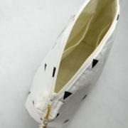 trousse-toilette-maquillage-femme-otziotzi-blanche-triangles-noirs-dores-poches-int