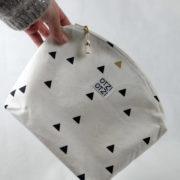 trousse-toilette-maquillage-femme-otziotzi-blanche-triangles-noirs-et-dores