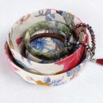 boites-rondes-tissu-otziotzi-blanche-fleurs-roses-bleues-bijoux