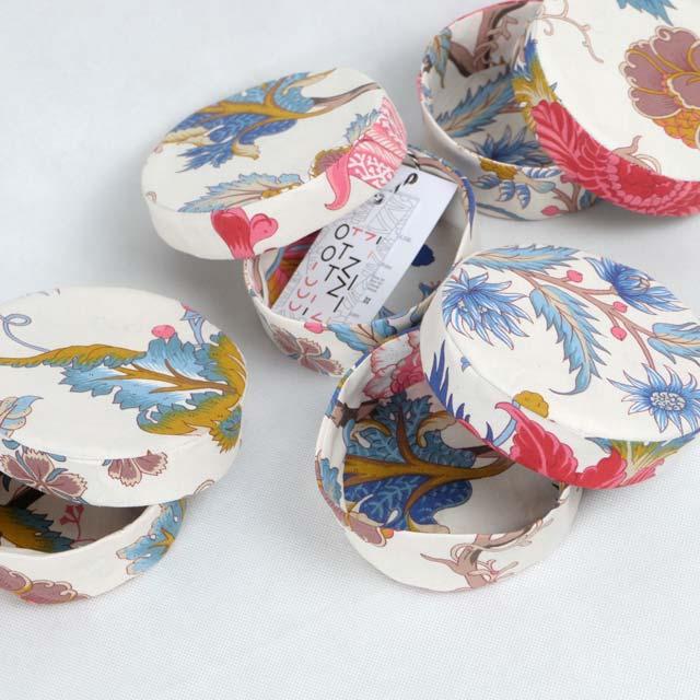 boites-rondes-tissu-otziotzi-blanche-fleurs-roses-bleues-brunes