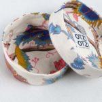 boites-rondes-tissu-otziotzi-blanche-fleurs-roses-bleues-couvercle
