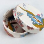 boites-rondes-tissu-otziotzi-blanche-fleurs-roses-bleues-detail