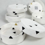 boites-rondes-tissu-otziotzi-blanche-triangles-noirs