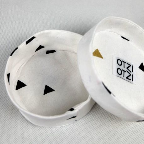 boites-rondes-tissu-otziotzi-blanche-triangles-noirs-couvercle