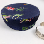 boites-rondes-tissu-otziotzi-bleues-herbier-fleurs-ferme