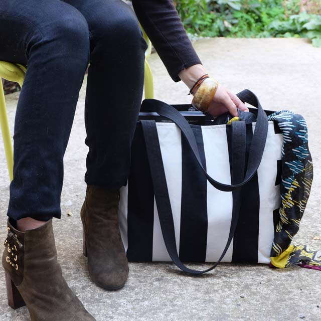 sac-cabas-otziotzi-rayures-noires-blanches-porte-epaule-1