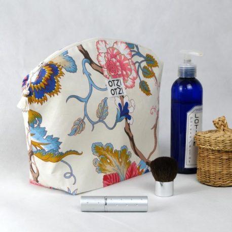 trousse-toilette-maquillage-femme-otziotzi-blanche-fleurs-rose-bleu