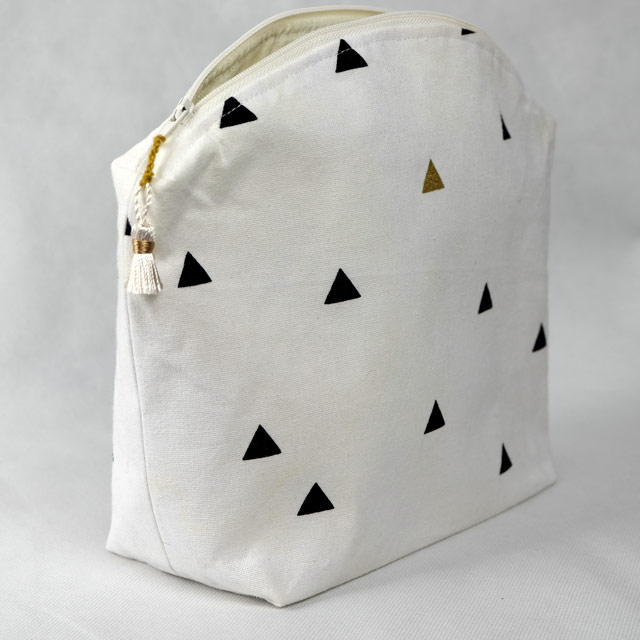 trousse-toilette-maquillage-femme-otziotzi-blanche-triangles-noirs-dores-cote