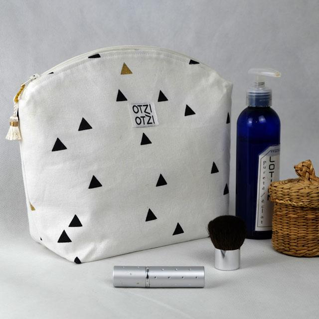 trousse de toilette femme graphique blanche avec. Black Bedroom Furniture Sets. Home Design Ideas
