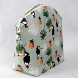 trousse-toilette-maquillage-femme-otziotzi-verte-perroquet-ananas-cote